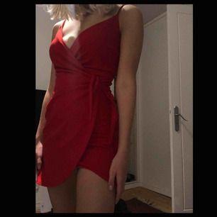 Sjukt fin röd klänning ifrån H&M! Endast använd en gång!