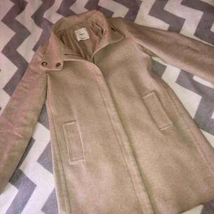 Beige kappa från Mango. Storlek S. Gott skick förutom ett hål i en av fickorna, ca 2 cm. Nypris 1000kr.  Köpare står för ev. frakt.