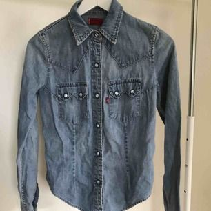 Ursnygg skjorta från Levi's i strl S. Köparen står för frakt eller hämtas i Örebro.
