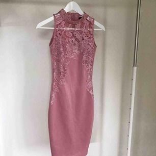 Jättesnygg klänning från Club L sparsamt använd. Köpare står för frakten eller hämtas i Örebro.