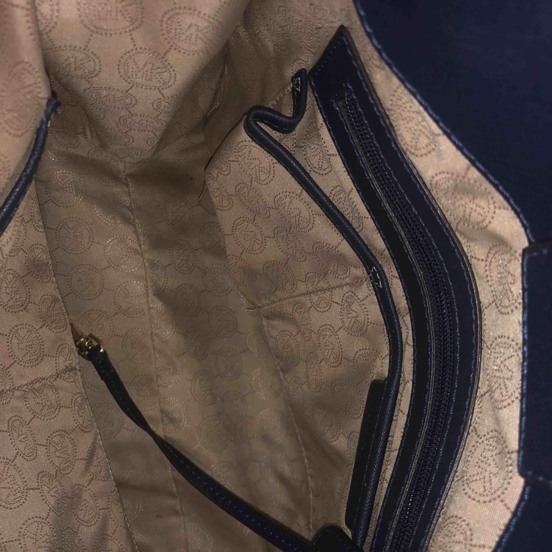 En Michael Kors väska äkta knappt använd inga rep eller smuts på den är helt ny. Köpt för 3395 från Michael Kors butiken i stan. Kan skicka flera  bilder om önskar det.. Väskor.