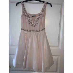 Beige jättefin klänning, perfekt till fest, bröllop och liknande. Ser glittrig ut men det är den inte. Flera lager i kjolen, aldrig använd!