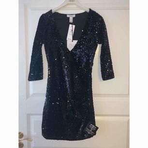 Snygg paljettklänning, perfekt till nyår! Prislapp kvar! Har för många, därav säljes denna!