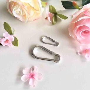 🍒HOoK UP🍒 2 gulliga karbin hackar att hoop up med, fin med byxkedjor eller till väskan/halsband ❤️frakt tillkommer. Puss o k🍒
