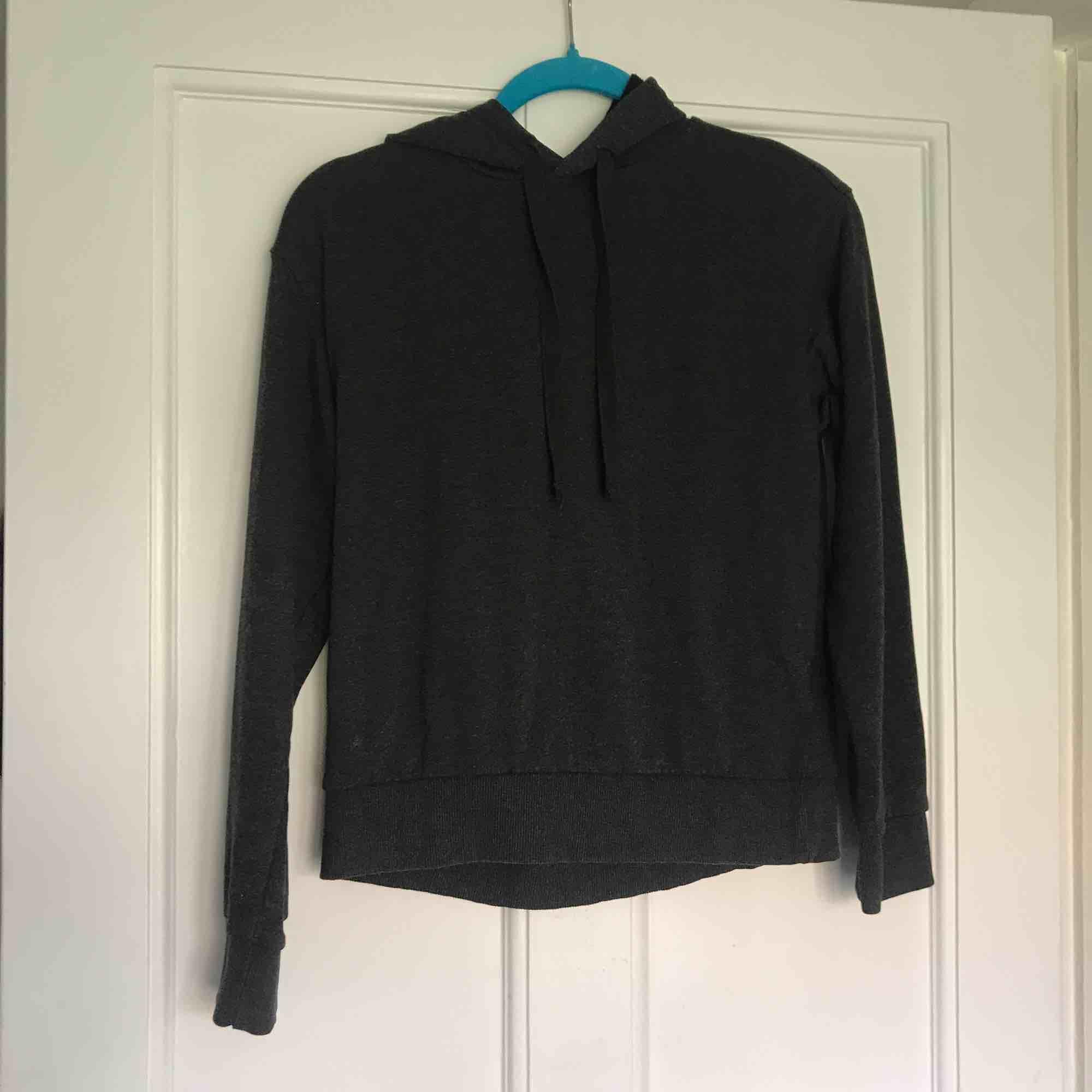 Hood från HM. Sparsamt använd. Felfritt skick.  Frakt: 55kr. . Huvtröjor & Träningströjor.