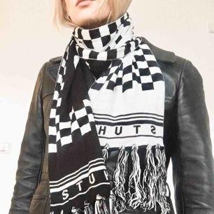 🍒WARMEST/SOFTEST🍒  Varm och härlig halsduk från Stuhf. Schackrutig och kan bäras och vilket håll som helst. Fin till de flesta jackor:) frakt tillkommer. Puss i k🍒