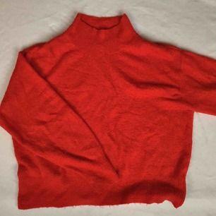 Supersöt, röd och lätt stickad tröja som inte tynger ner. Bra som pullover med fin krage!