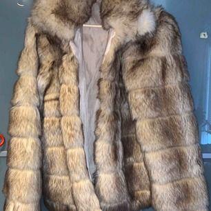 Faux fur jacka från Nelly, använd förra året men i fint skick. Köpt för omkring 700 kr. Storleken är 42 men är rätt liten i storleken så snarare 40 känns den som!