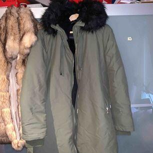 Helt ny jacka från Zara, köpt förra året men användes aldrig pga hittade en annan jag ville använda. Olivgrön, svart faux pälskrage och mjukt fodrad insida. Riktigt bekväm