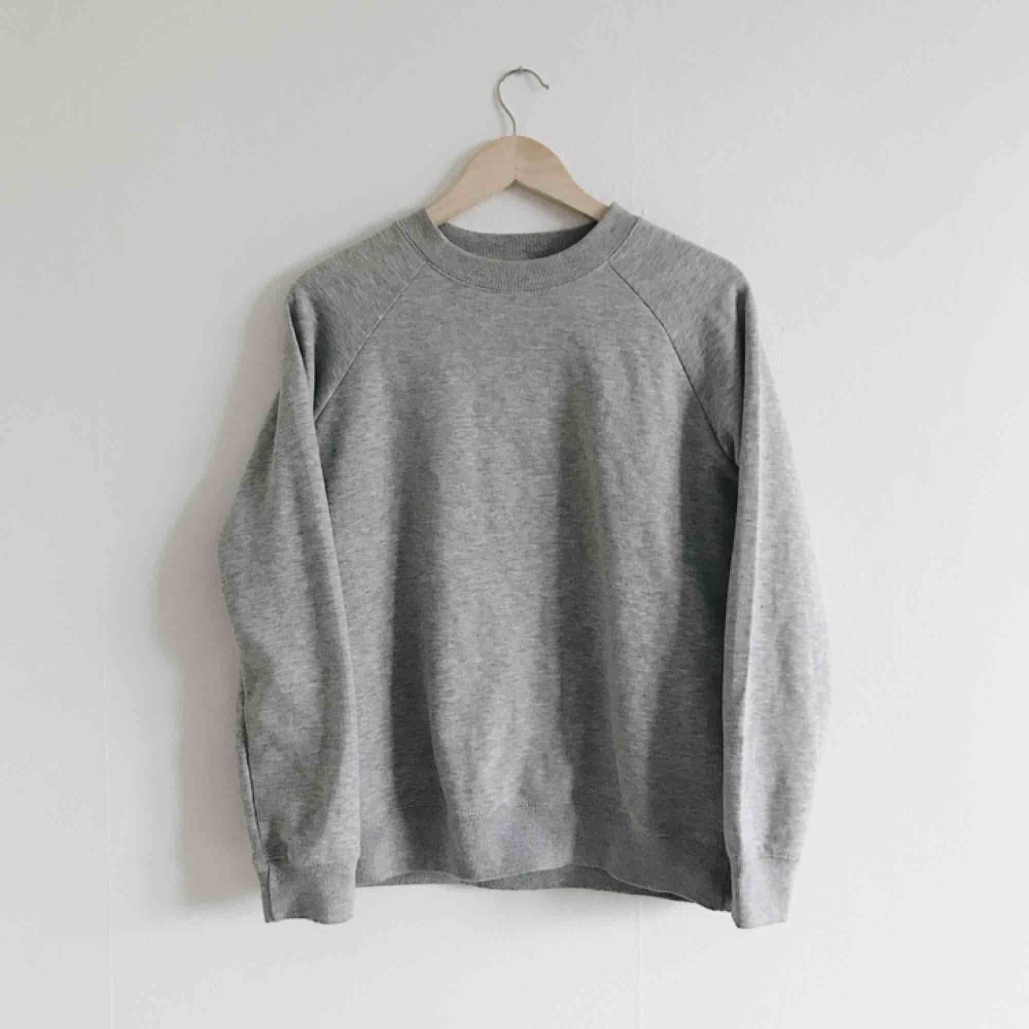 Basic grå sweatshirt i fint skick! Saknar lappar och minns ej var den är köpt/storlek men skulle säga att den passar XS-M!. Huvtröjor & Träningströjor.