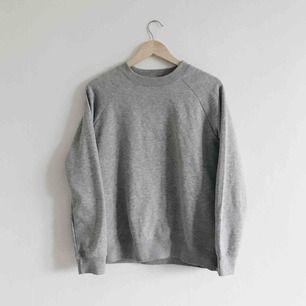 Basic grå sweatshirt i fint skick! Saknar lappar och minns ej var den är köpt/storlek men skulle säga att den passar XS-M!