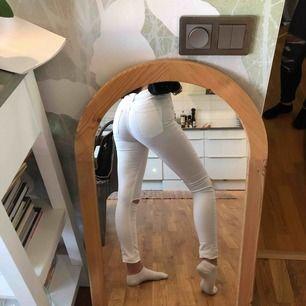 Vita tajta jeans med hål på knäna. Lite genomskinliga men det funkar om man har rätt underkläder💗 frakten är inkluderad i priset