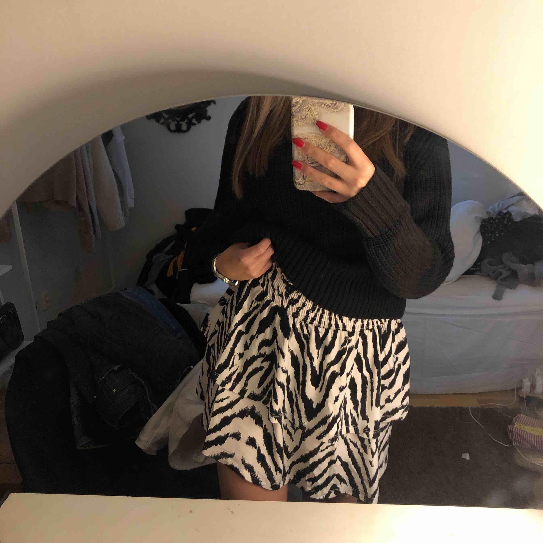 Zebra mönstrad kjol från Gina Tricot, med resor i midjan. Ordinarie pris var 300kr. Frakten är inkluderad i priset. Kjolar.