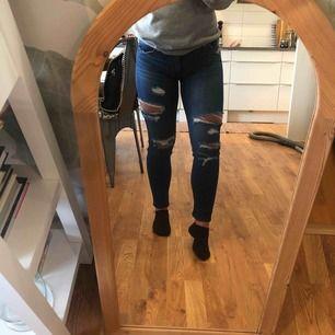 Ett par mörkblåa slitna jeans från American Eagle. Suuper stretchiga och sköna. Jeansen sitter bra både på benen och rumpan. bara använt 1 gång då dom är lite stora. Kunden står för frakten🖤