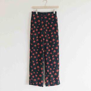 Byxor i fint blommigt mönster från H&M, aldrig använda🌹
