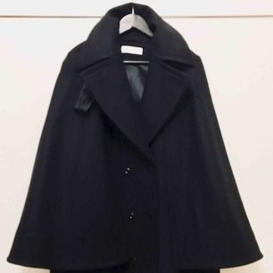 Good condition Rodebjer wool cape coat. Can be worn buttoned all the way up or capeless. Practical and stylish. Size 38 can fit from 36-40. Free shipping via PostNord with tracking and insurance.