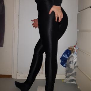 Coola svarta stretchiga byxor, tajta på mig som är en M/L  🐛🖤
