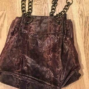 Cool väska i ormprägel med kedjehandtag