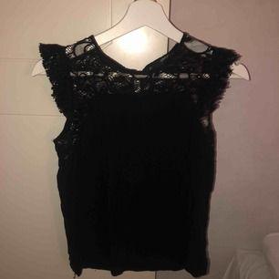 Ett gulligt linne från Vero Moda. Har fin spets upptill. Använd 2-3 gånger. Kunden står för frakt🖤