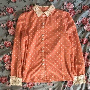 Prickig skjorta med spetsdetaljer! Spetsen vid ärmslutet är lite trasigt men går säkert att laga/byta ut & bollen på en knapp saknas. Annars fint skick. vid frakt står köparen för kostnaden 🍓
