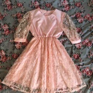 Supersöt klänning i rosa med puffig tyllkjol. Mycket fint skick och väldigt skön på. Den har dragkedja längst ryggen. Vid frakt står köparen för kostnaden 👼🏻