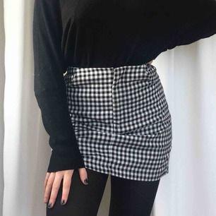 Supersnygg kjol i rutit mönster. Köparen står för frakt.