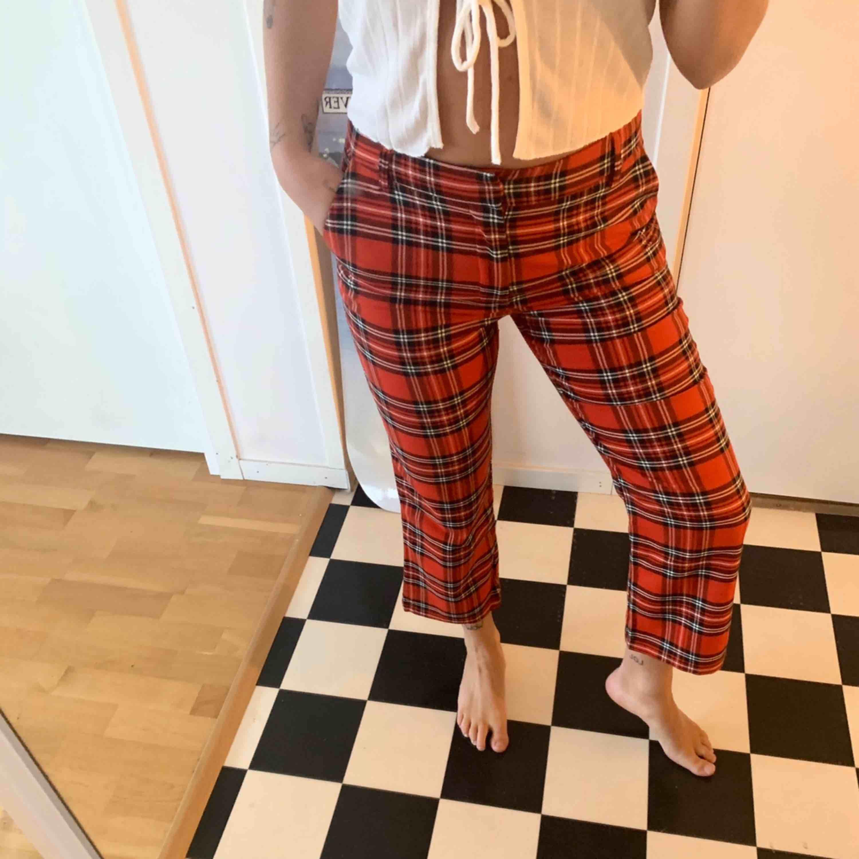 Jättesnygga rutiga byxor från Bikbok, rak modell och vida, lite kortare byxmodell, jag är i 163cm lång, användt endast en gång, frakt tillkommer på 42kr:). Jeans & Byxor.