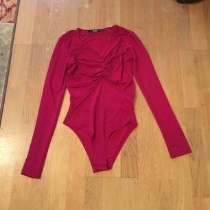Super snygggggg bodysuit från bikbok i rött! Aldrig använd