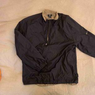 Fin höstjacka/skaljacka från Nike (golf) Bra skick I storlek L (ganska liten i storleken men används som oversized)