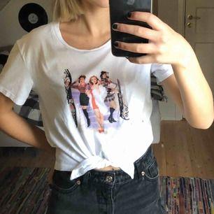 En fin t-shirt från H&M med knytning längt mer och clueless tryck! Använd en gång! 💘