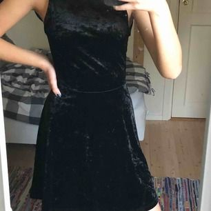 En fin svart sammets klänning med öppen rygg från H&M! Vet ej om det är XS eller S men passar nog båda! 🖤