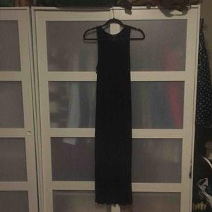 En svart bomullsklänning från H&M