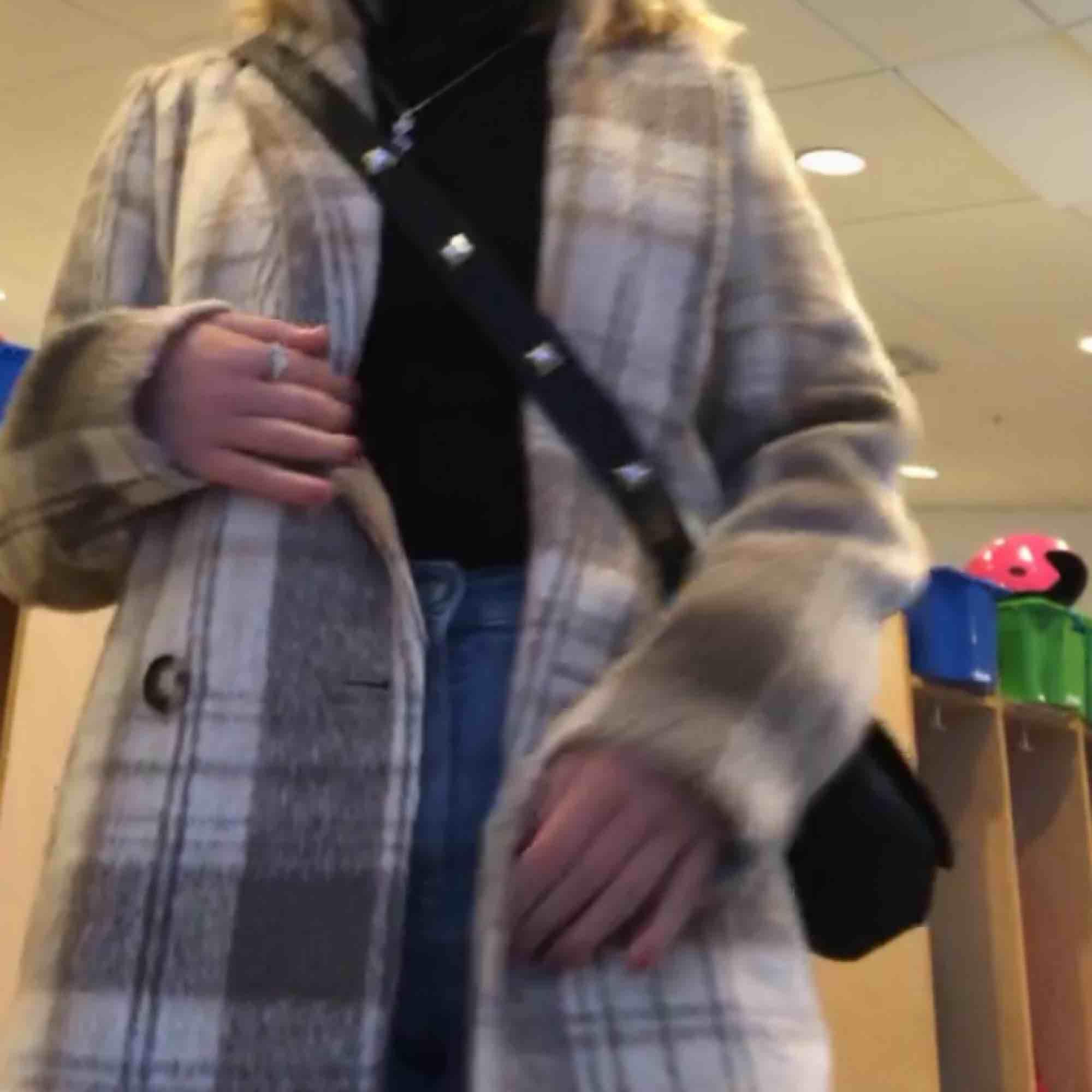 Supersnygg och varm kappa från Hm som passar till både höst, vinter och vår!! Frakt ca 100 kr. 💕. Jackor.