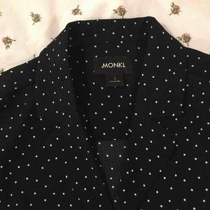 Kortärmad skjorta med kavajkrage från monki. Superbra skick, använd en gång!