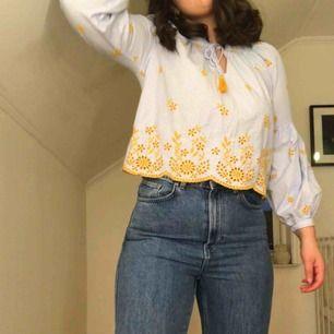 Randig blus från Zara med blåvita streck. Unika broderade gula blommor som piffar upp en vardaglig blus, nästan aldrig använd🤩