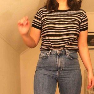 En stickad och randig T-shirt från pull&bear. Liten i storleken!