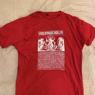 Röd bandtshirt från The Mars Volta