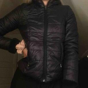 """Svart (lite tunnare) vinter jacka från vero moda som man kan ha """"ut o in"""", alltså har den två olika utseenden. Storleken är S men passar även XS. Köptes för ca 1 år sen och är i bra skick!!"""