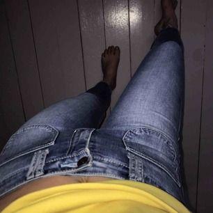 Snygga tighta jeans från Hollister som sitter mycket snyggt. Knappt använda därav i fint skick. Frakt ingår i priset!🍃🍀