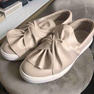 Oanvända snygga sneakers i nude färg!