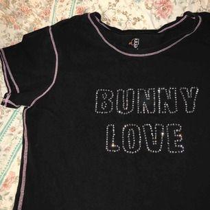 Supersöt T-shirt med text i kristaller och ljusrosa smådetaljer ! Köpare står för frakt annars möts jag upp i Sthlm 💕