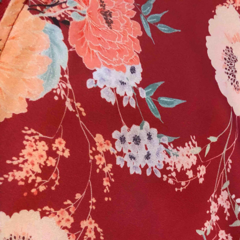 Pull&Bear flower orient jacket. Passar perfekt som en vanlig tunn jacka eller ser grymt ut med ett par jeans!  Knappt använd . Jackor.