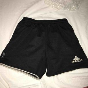 Super snygga tränings shorts från adidas  Man får jätte bra rumpa även ifall man har liten (se bild 2)