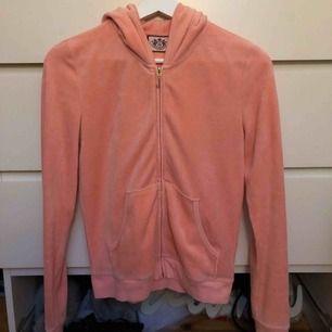 Äkta juicy Couture tröja. Ljus rosa och sparsamt använd. Storlek M  Kan mötas upp i Kungsbacka, Skene eller Borås. Annars kan jag skicka mot fraktkostnad.
