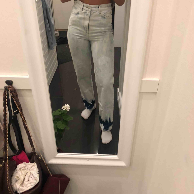Snygga och unika jeans säljer för att jag köpte fel storlek, oanvända frakt 50kr. Jeans & Byxor.