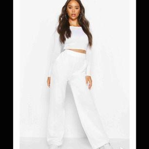 Vita byxor i storlek s-m från boohoo säljer pga ja råka köpa 2 likadana  Skickar egen bild vid intresse Köparen står för frakten!