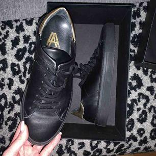 Axel Arigato skor använda 1-2 ggr. I nyskick!  Finns i Halmstad eller Kungsbacka
