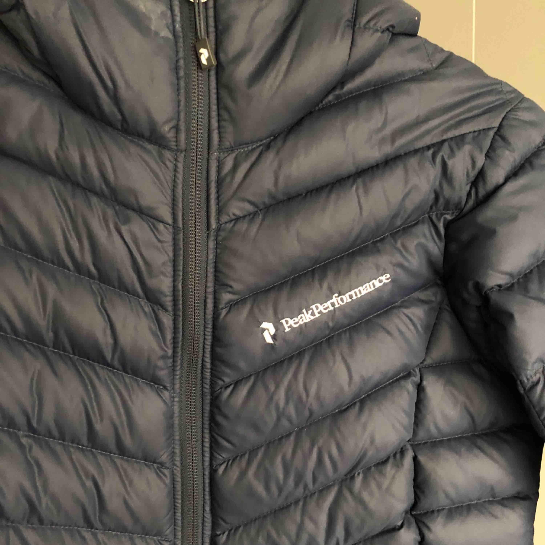 !ENDAST BYTE!   Byter min Peak Performance Frost Down Hood Jacket dammodell XS i marinblå mot en likadan fast Svart! . Jackor.