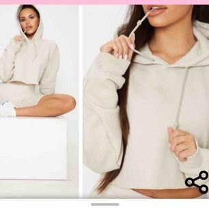 Croppad beige hoodie från prettylittlething, superbra skick! Frakt på 63kr tillkommer