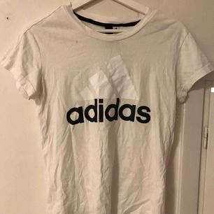 Vit adidas T-shirt, du står för frakten ☺️